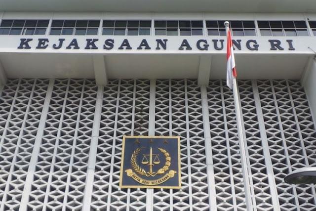 """Mantan anggota Komisi Kejaksaan Kaspudin Nor Berharap bahwa Presiden Jokowi tidak akan kembali mengangkat Jaksa Agung yang memiliki afiliasi dengan partai politik pada periode kedua masa jabatannya nanti. """"Jaksa Agung itu haruslah dari profesional dan tidak memiliki afiliasi politik dengan partai manapun. Profesional dan kredibel itulah yang penting,"""" kata Kaspudin. Kaspudin menjelaskan bahwa Jaksa Agung yang profesional, kredibel dan independen merupakan hal yang penting karena Kejagung merupakan lembaga hukum yang harusnya terlepas dari kepentingan politik apapun. Saat ini Jaksa Agung dijabat oleh M Prasetyo yang merupakan seorang pensiunan jaksa yang pernah menjabat sebagai Jaksa Agung Muda Pidana Umum. Setelah pensiun Prasetyo bergabung dengan Partai Nasdem hingga akhirnya mundur dari partai tersebut karena ditunjuk sebagai Jaksa Agung oleh Presiden Jokowi. """"Kalau memang ada jaksa karier yang bagus, berintegritas dan profesional maka akan lebih bagus jaksa tersebut yang diangkat jadi Jaksa Agung karena itu akan menjaga kesolidan Kejaksaan sekaligus menjadi awal Kejaksaan yang dipimpin oleh pihak internal seperti Menteri Luar Negeri yang lebih banyak dijabat oleh diplomat senior dari unsur internal,"""" kata Kaspudin. Walaupun demikian, Kaspudin menjelaskan bahwa walaupun dari kalangan internal, sosok tersebut haruslah juga melewati proses fit and proper test serta memiliki rekam jejak yang transparan dan tanpa cacat. """"Kejaksaan ini adalah ukuran dari penegakan hukum karena semua proses penuntutan haruslah melewati Kejaksaan kecuali Tipikor yang KPK memiliki hak untuk melakukan pentuntutan. Oleh karena itu jabatan Jaksa Agung ini adalah jabatan yang sangat strategis baik tugas, posisi hingga fungsinya sehingga tidaklah aneh jika orang yang menjabat haruslah seorang negarawan,"""" kata Kaspudin."""