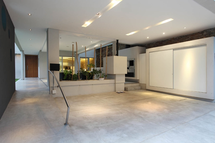 Garage space in Modern Villa Devoto by Andres Remy Architects