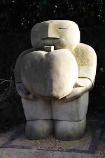 Steinstatue mit herzförmigem Apfel