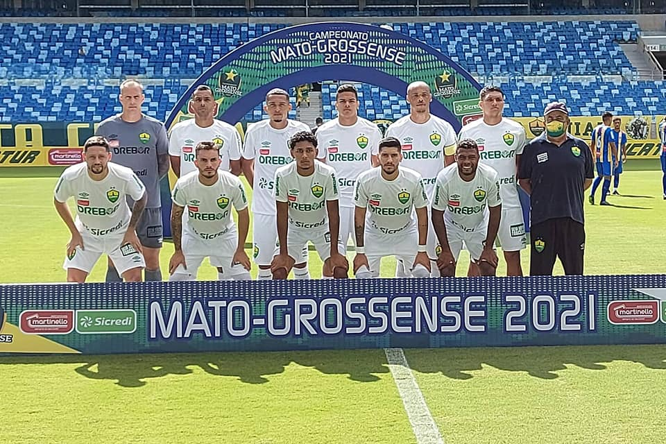 atletas do Cuiabá posam para foto oficial na Arena Pantanal