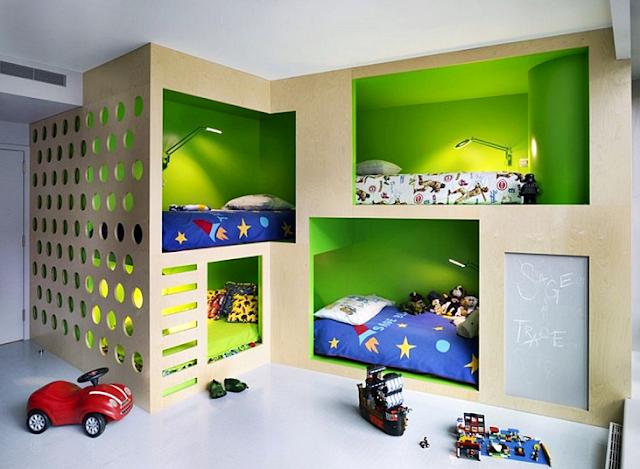 Desain kamar anak laki-laki dengan 4 tempat tidur yang menghemat space ruangan.