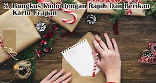 Jangan Lupa Bungkus Kado Dengan Rapih Dan Berikan Kartu Ucapan merupakan tips memilih kado natal dan tahun baru untuk orang tersayang