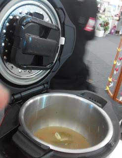 Bagian hitam adalah pengaduk yang membuka saat proses memasak.