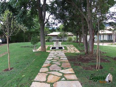 Execução dos caminhos com pedra no jardim com pedras Goiás tipo cacão com juntas de grama em residência em Piracaia-SP com execução do gramado com grama esmeralda.