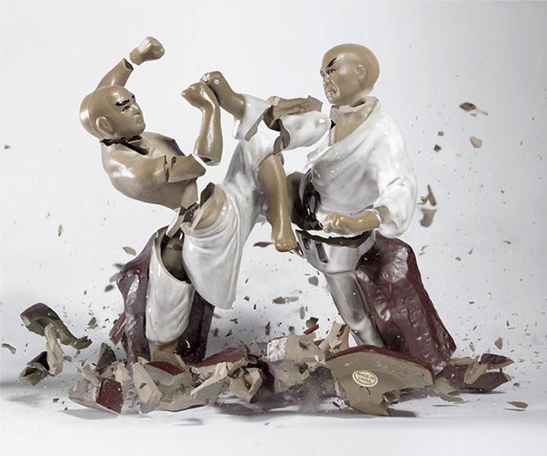 El instante en el que los muñecos de porcelana son destruidos en el suelo parecen estar en una pelea épica