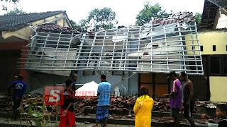 Akibat Hujan Disertai Angin,  Sebuah Bangunan SD Di Dander Ambruk