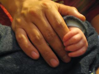 Mano de papá y bebé