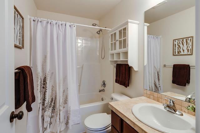 Dekorasi Kamar Mandi Minimalis Modern dengan WC Duduk