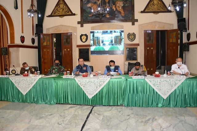 Gubernur  Bersama Forkopimda Jabar Gelar Rapat Evaluasi Gugus Tugas Covid-19 di Mokadam III/Siliwangi