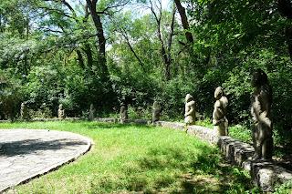Графское. Великоанадольский лес. Памятник В. Е. Граффу в окружении половецких воинов