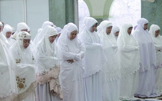 Subhanallah, Ternyata Ini Hikmah Shaf Wanita Di Belakang Laki-laki
