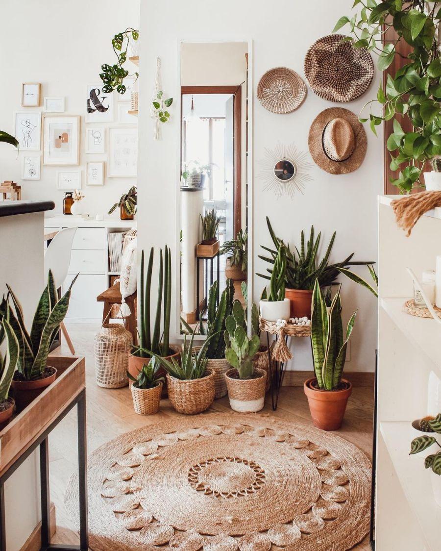 Biel, boho i styl skandynawski, wystrój wnętrz, wnętrza, urządzanie domu, dekoracje wnętrz, aranżacja wnętrz, inspiracje wnętrz, interior design, dom i wnętrze, aranżacja mieszkania, modne wnętrza, home decor, boho, styl skandynawski, scandinavian style, białe wnętrza, urban jungle, przedpokój, hol, dywan jutowy, rośliny, kwiaty