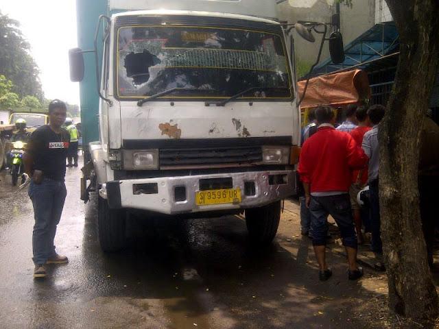 Aksi Koboi, Pria Berambut Cepak Pukul Kaca Truk Dengan Gagang Pistol