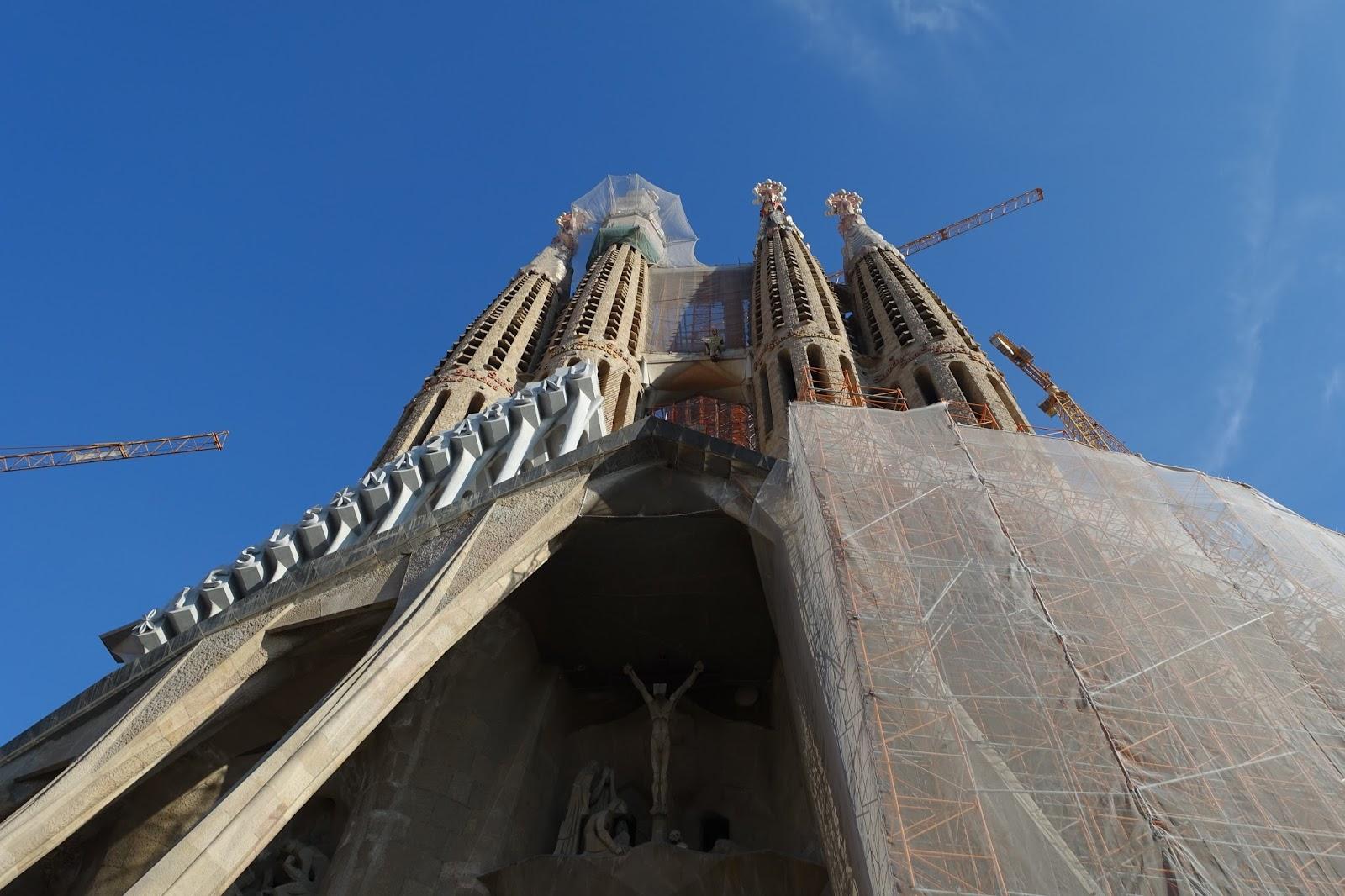 サグラダ・ファミリア (Sagrada Familia) 「受難のファサード」を見上げる
