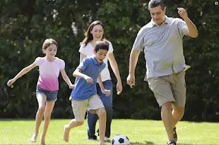 عائلة تمارس رياضة كرة القدم