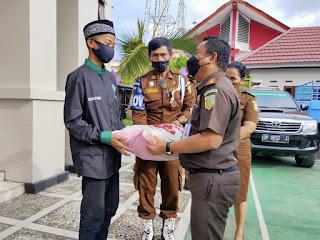 Jelang Idul Fitri, Keluarga Besar Kejaksaan Negeri Tana Toraja Berbagi Kasih Beri Bantuan Sembako ke Yayasan Al Hidayah