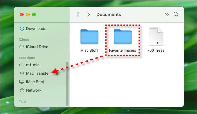 اسحب الملفات إلى اسم محرك أقراص فلاش USB في الشريط الجانبي لـ Finder.
