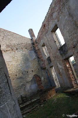 Scorcio e interno di uno degli edifici del villaggio