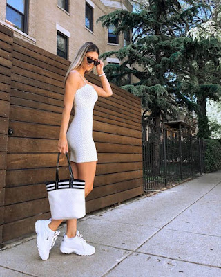 Vestido corto blanco con tenis fila