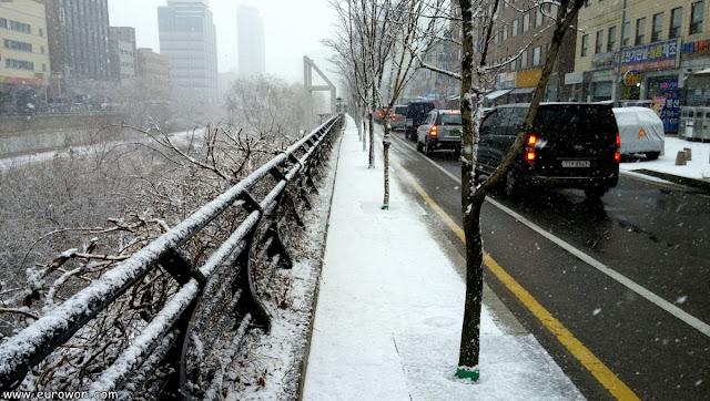 Calle de Seúl nevada en invierno