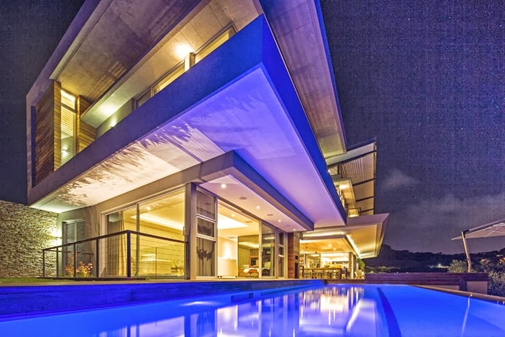 Swimming pool of Modern Mansion by Metropole Architects at night