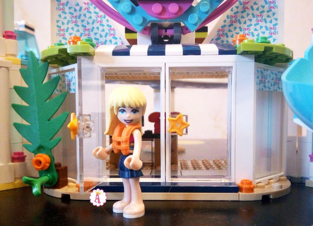 Фигурка девочки Лего Френдс у входа в главное здание курорта Хартлейк Сити
