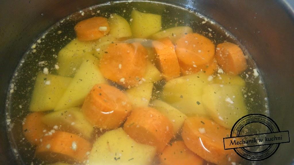 Dorsz na parze purée marchewkowo ziemniaczne kiełki z patelni mechanik w kuchni