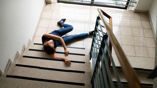 mulher 9 indenizacao cair escada condominio