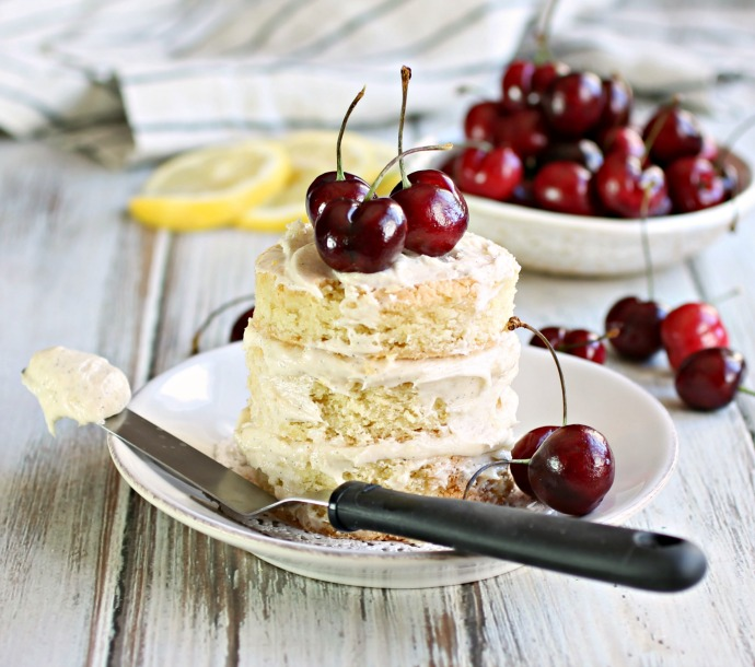 Recipe for a lightly frosted (naked) cake, flavored with lemon and topped with fruit.