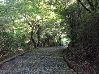La scalinata che conduce al fiume Hozo