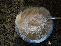 Harina, bicarbonato y sal en un plato mezcladas