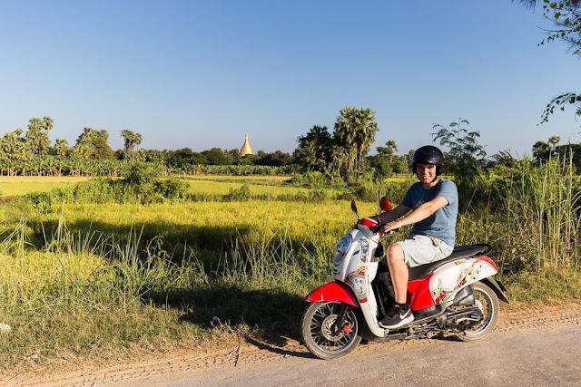 Alberto motado en moto en Inwa, Myanmar