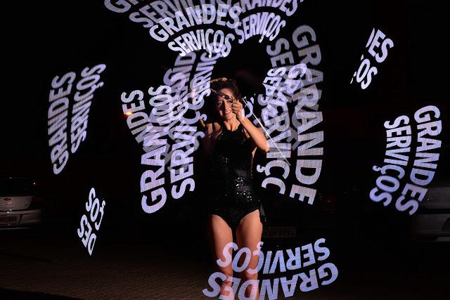Atração Pixel Poi malabares com logomarca que desenha logos e palavras com luzes no ar no evento de lançamento de produto da empresa Pioneer, Café de la Musique Palmas TO.