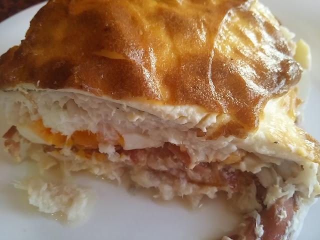 Merluza rellena de jamón y huevo duro con mayonesa