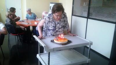 Antonia soplando las velas del pastel de cumpleaños