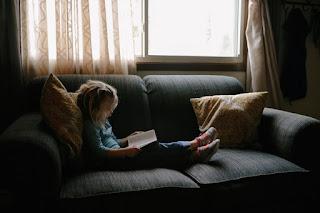 Niña leyendo historias y novelas de romance para chicas