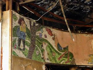 Донецьк. Знищена мозаїка із зображенням казкових героїв в зруйнованому кінотеатрі «Червона шапочка»