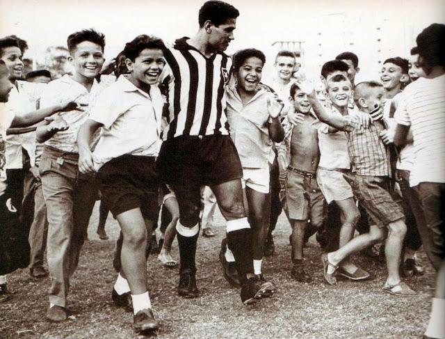 A mais eterna e terna das crianças... Mané Garrincha, A Alegria do Povo e das crianças. Reparem no sorriso de felicidade no rosto de cada uma delas.