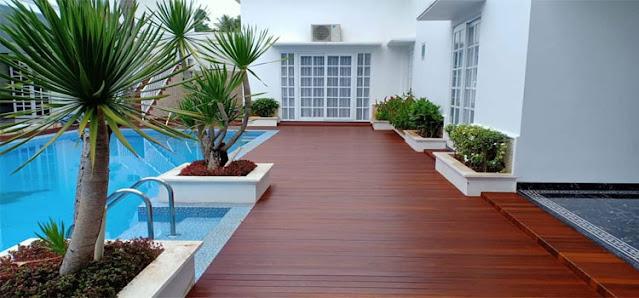 lantai kayu outdoor samping kolam renang jakarta