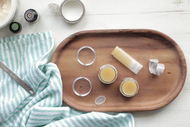 DIY: Cách làm son dưỡng môi cực hot với lanolin