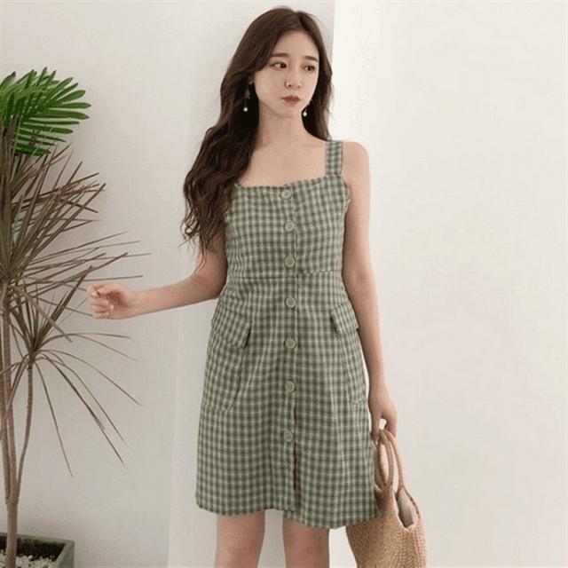 Cách kết hợp váy hai dây xinh xắn với áo khoác thời trang thích hợp mặc đi chơi