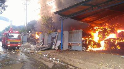 Si Jago Merah Membakar Pabrik Pengolahan Plastik di Malang