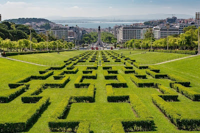 Iberian Peninsula, Пиренейский полуостров, Лиссабон, Португалия. Lisbon, Portugal вид на город и лужайки
