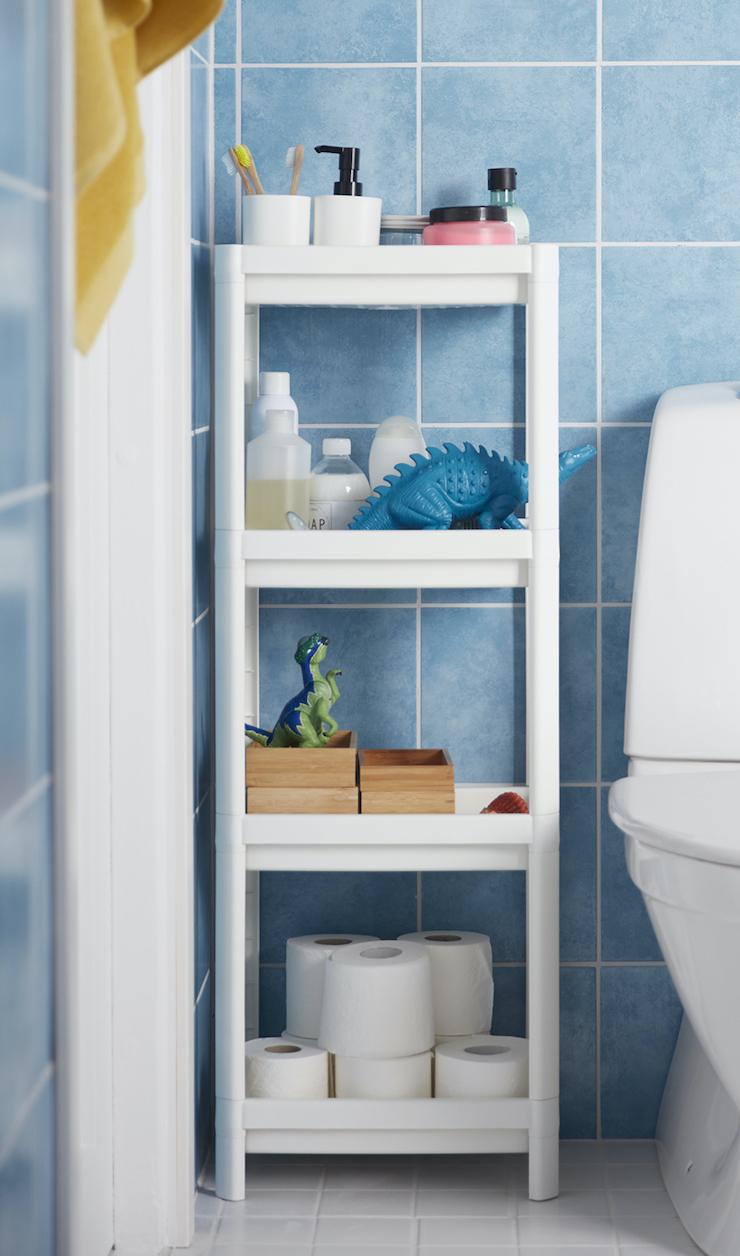 Novedades catálogo IKEA 2021 en baños: estanterías para un baño infantil.