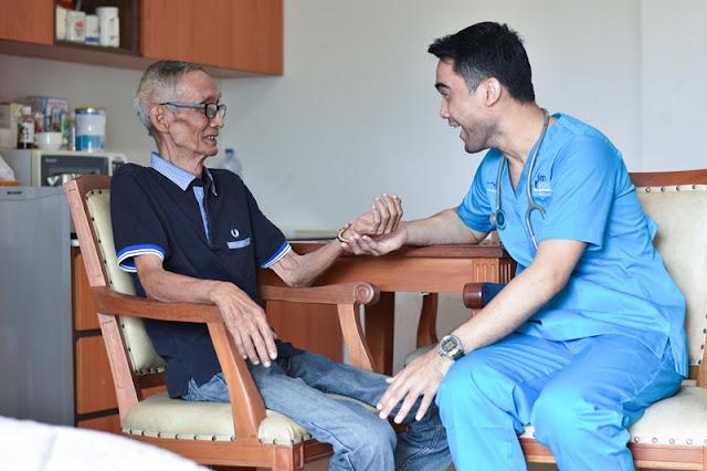 Tugas-dan-Biaya-Mendatangkan-Perawat-Home-Care