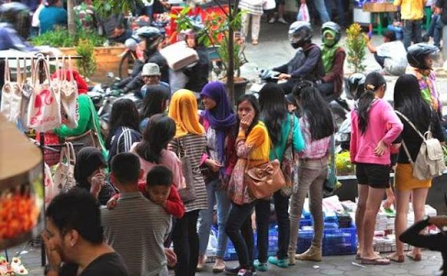 PKL dan pembeli di Gasibu Kota Bandung