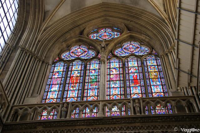 Le colorate vetrate interne della Cattedrale di Bayeaux
