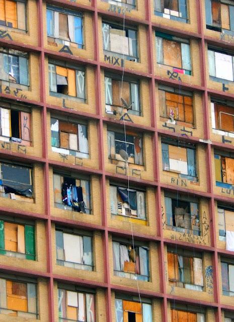 A favelização verticalizada no centro histórico de São Paulo: um processo que se iniciou na década de 1970 ((fotografia de maio de 2015 publicada originalmente em JeanTosetto.com).