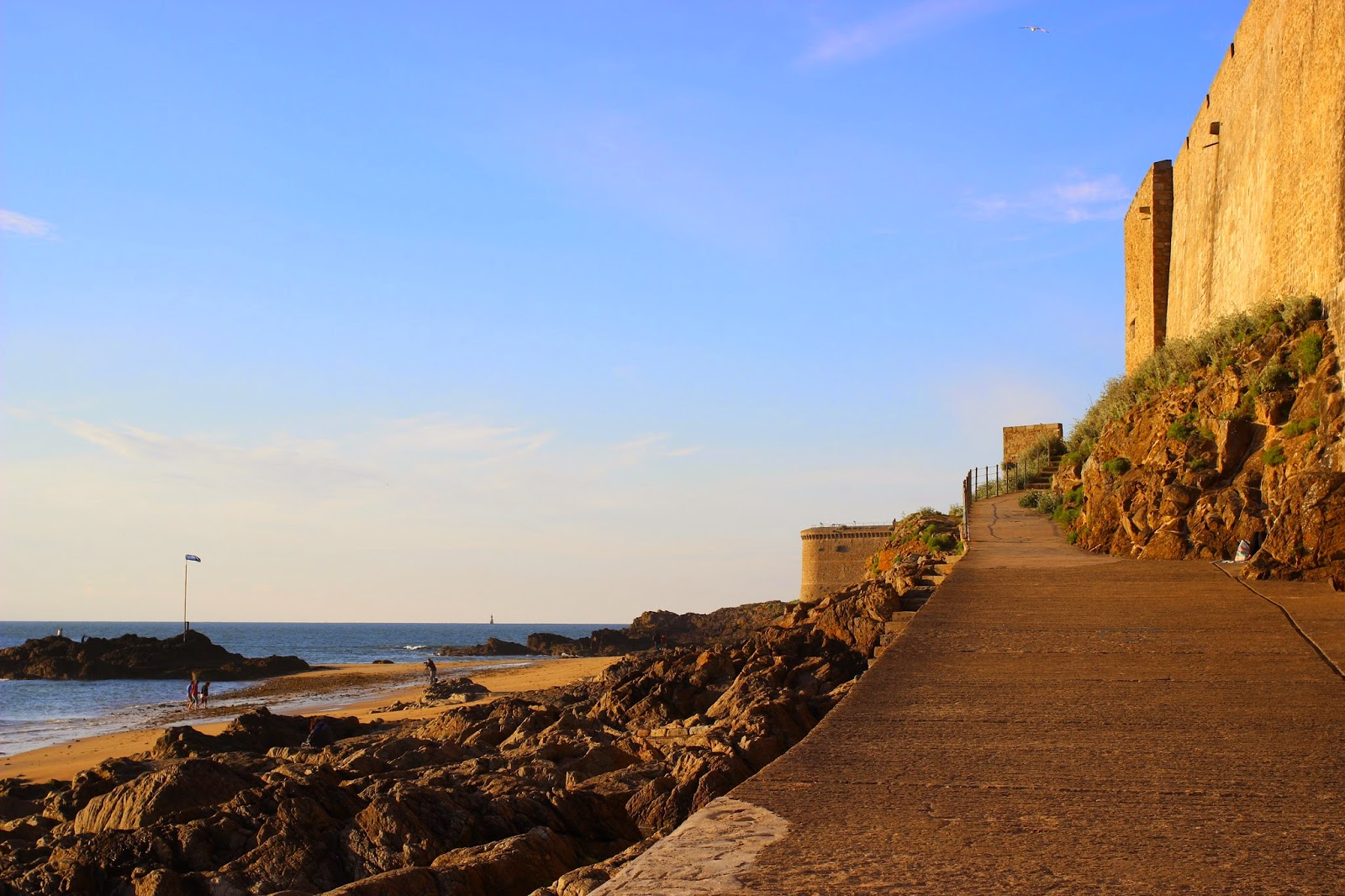 Le Chameau Bleu - Blog Voyage Saint Malo France - Balade au pied des remparts - Plage saint Malo - Bretagne - France