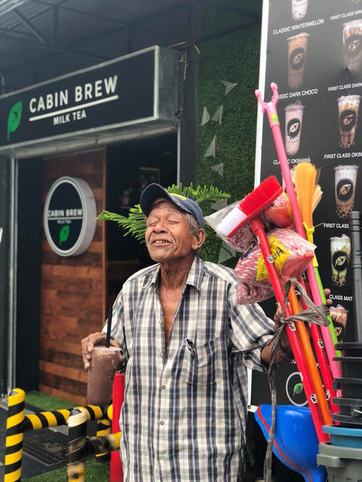 Old man given free milk tea gives back by offering his brooms and goods for free